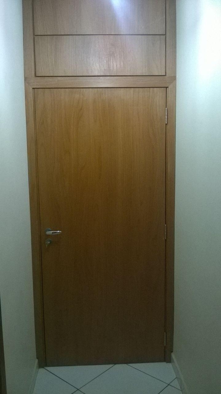 Porta de madeira maciça lisa